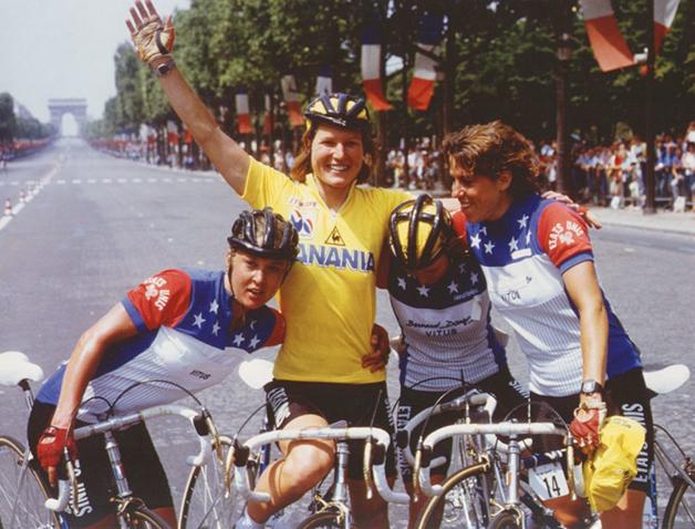 Marianne Martin junto da equipe feminina dos EUA na corrida