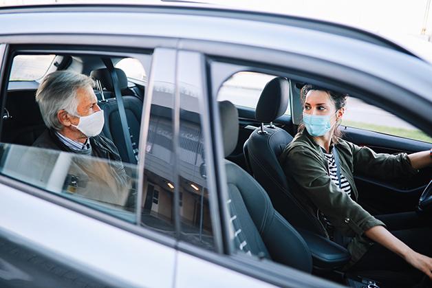 Motorista e passageiro de máscara