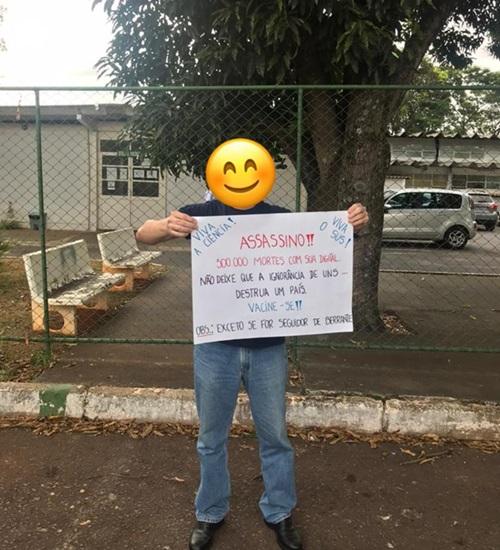 Casal só é vacinado contra a covid após guardar cartaz com críticas ao governo federal