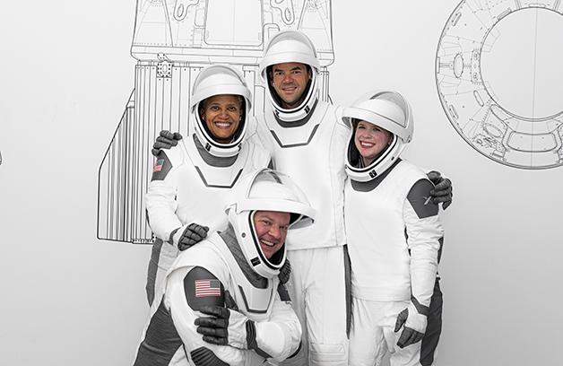 A equipe da Inspiration4 vestindo seus trajes espaciais