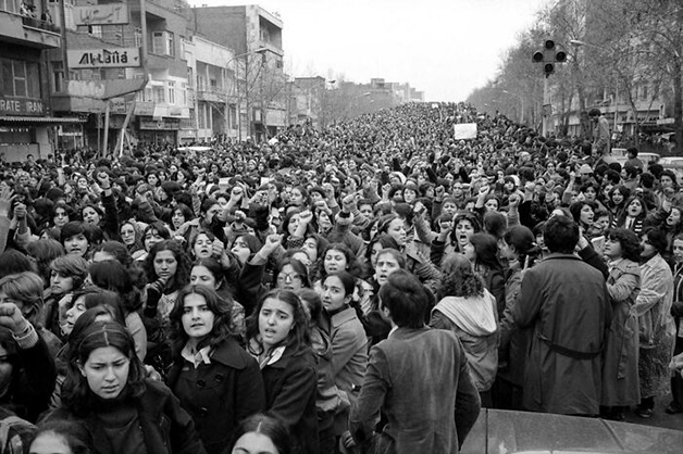 100,000 mulheres iranianas marchando em protesto contra a Lei do Hijab, que passou a forçar mulheres a cobrir a cabeça com o véu, em Teerã, em 1979