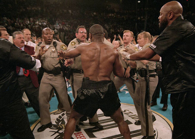 Policiais de Las Vegas diante de Mike Tyson instantes após o lutador morder e arrancar parte da orelha de seu adversário, Evander Holyfield, em 1996