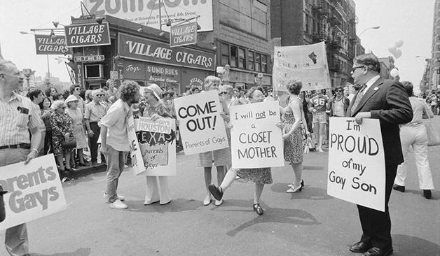 Mães e pais orgulhosos de seus filhos homossexuais na parada de Nova York em 1973