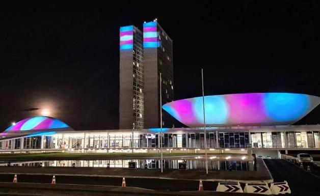 """Congresso brasileiro """"tingido"""" com as cores da bandeira trans"""