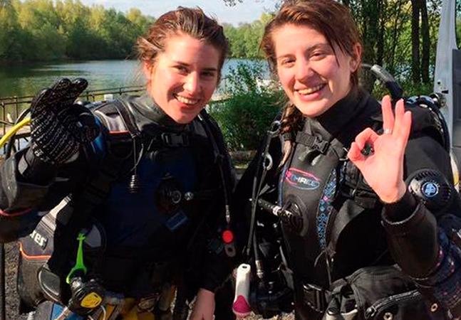 Jovem britânica salva irmã gêmea atacada por crocodilo socando o animal em lagoa no México