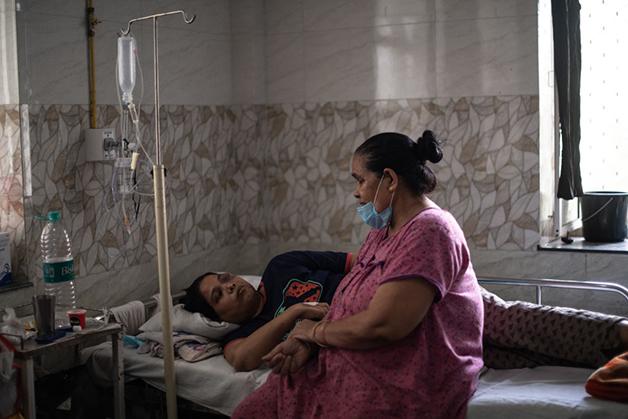 Paciente de Covid-19 se recuperando de cirurgia pela retirada do fungo na Índia
