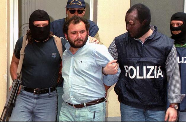 Giovanni Brusca sendo preso em 1996 pela polícia italiana