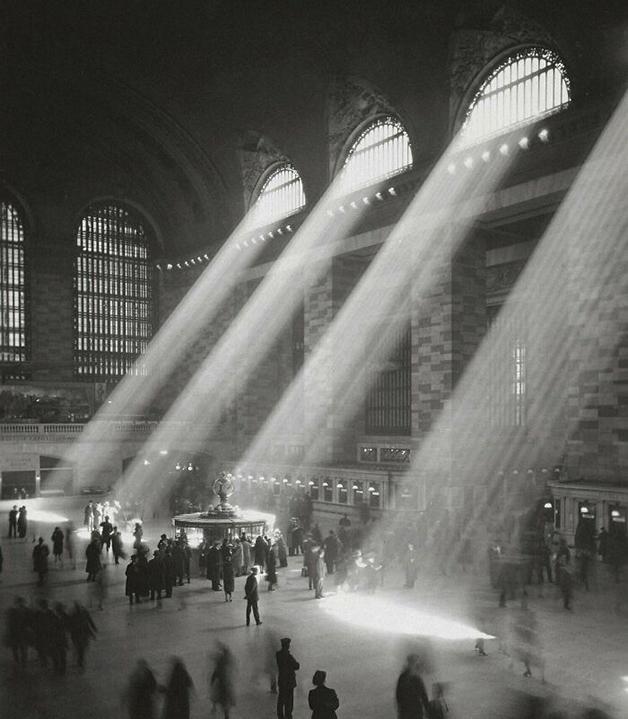 Grand Central Terminal, estação de trem em Nova York, em 1929 - hoje em dia os prédios altos ao redor da estação impedem a entrada do sol pelas janelas