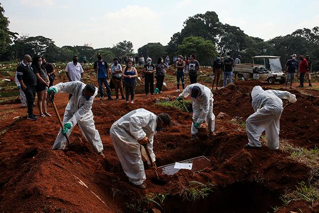 Enterro de vítima da Covid no cemitério de Vila Formosa, em São Paulo