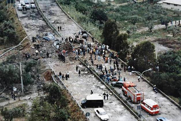 O impacto da bomba que tirou a vida do juiz Giovanni Falcone, sua esposa e três seguranças em 1992