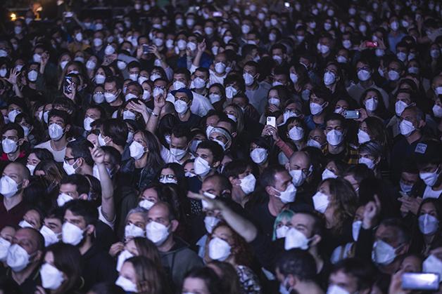 Platéia mascarada do show em Barcelona