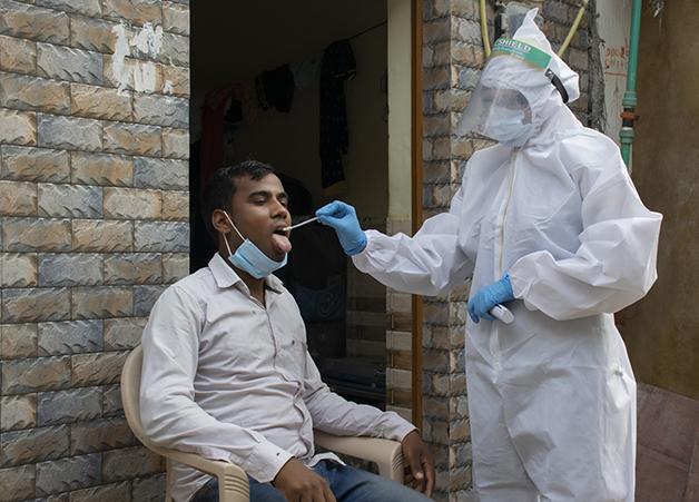 Homem sendo testado para a Covid-19 na Índia