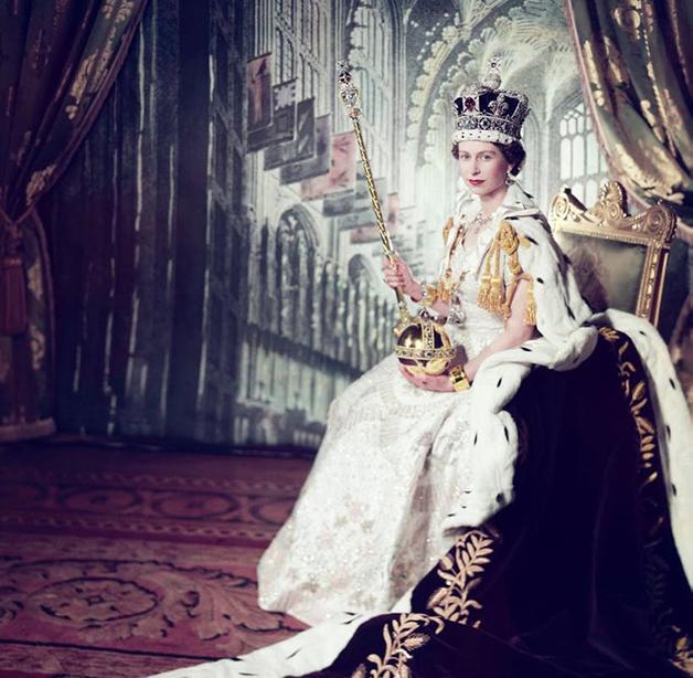 """Elizabeth II """"vestindo"""" as joias da coroa quando de sua coroação"""