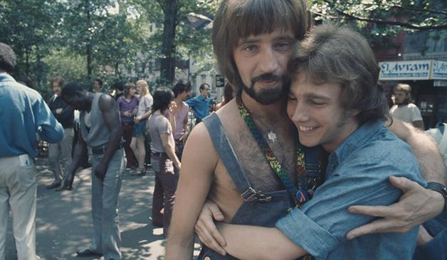 Um casal na parada da Christopher Street Gay Liberation Day em Nova York em 1971