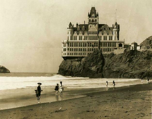 Famosa casa à beira da praia em San Francisco, nos EUA, em 1907, pouco tempo antes de ser destruída por um incêndio