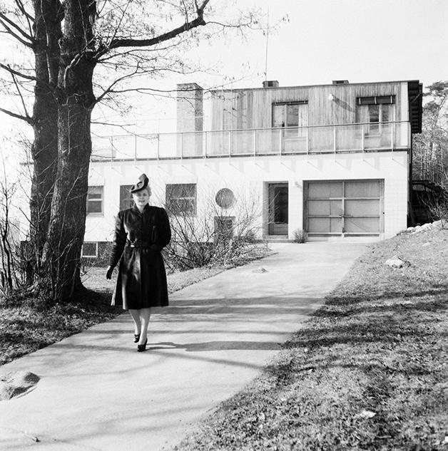 Alva Myrdal caminhando em 1945