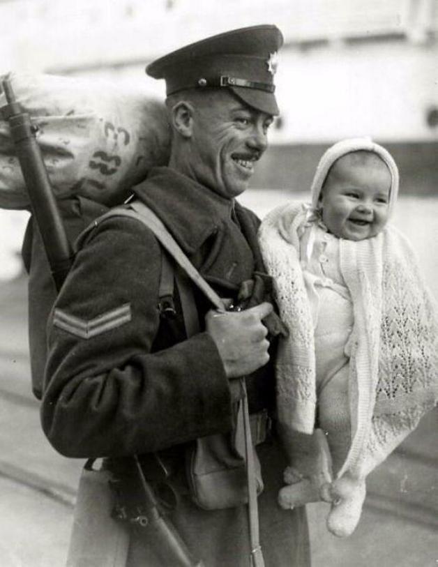Soldado britânico com sua filha pequena ao voltar para casa em 1945