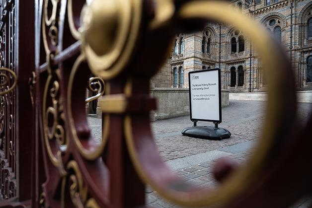 Placa indicando, no ano passado, que o museu estava fechado