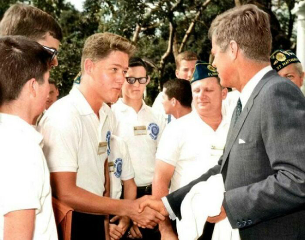 O jovem Bill Clinton apertando a mão do então presidente John Kennedy na Casa Branca em 1963