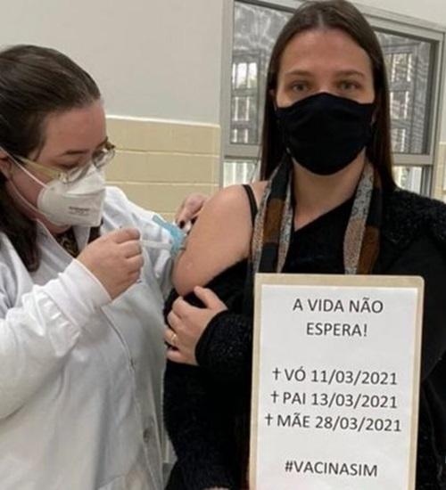 Professora que perdeu mãe, pai e avó para a covid viraliza na hora de tomar vacina: 'Vida não espera'