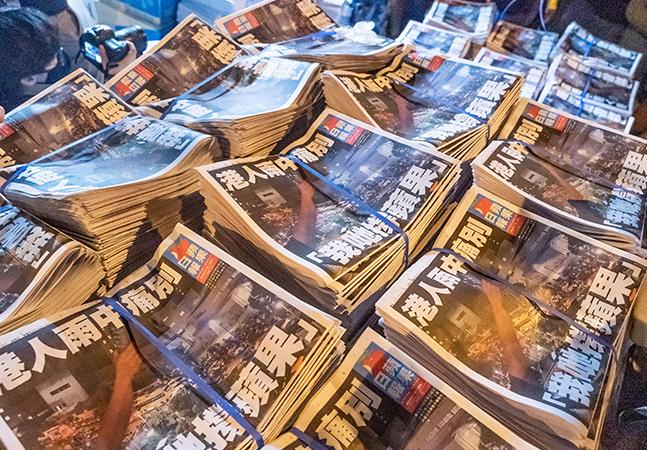 Prisão de jornalista pró-democracia mostra como a China vem acabando com a liberdade de imprensa em Hong Kong