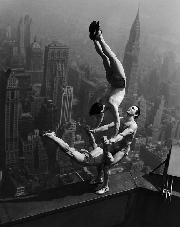 Acrobatas no topo do Empire State, em Nova York, em 1934