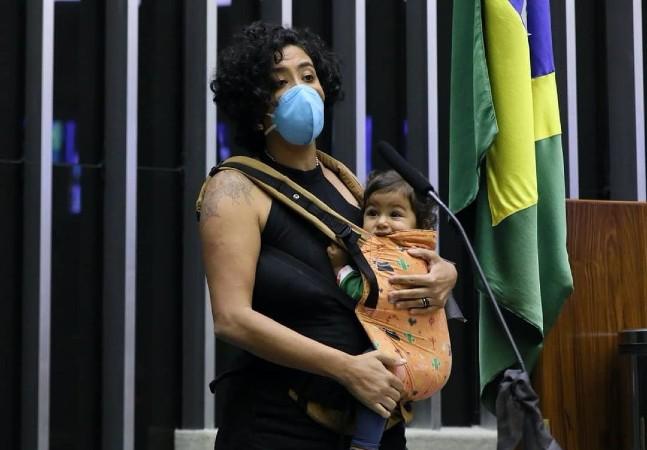 Talíria Petrone faz discurso na Câmara enquanto amamenta filha e dá esperança de dias melhores
