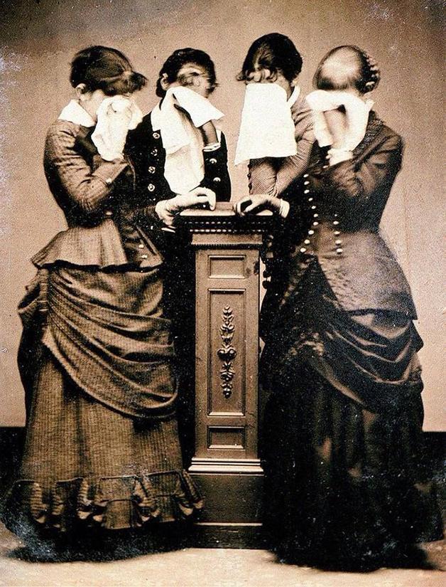 Grupo de mulheres carpideiras na Inglaterra vitoriana