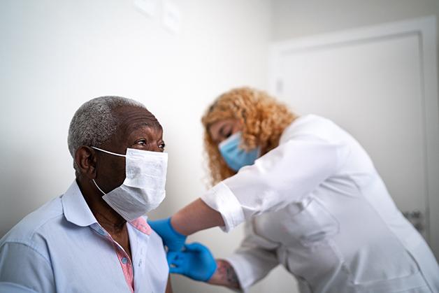 Senhor sendo vacinado
