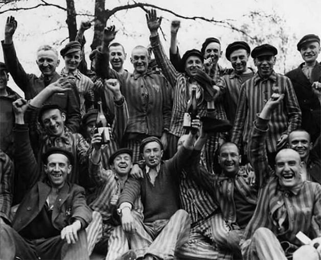 Celebração pela libertação do campo de concentração de Auschwitz, na Polônia, pelo exército soviético em 1945