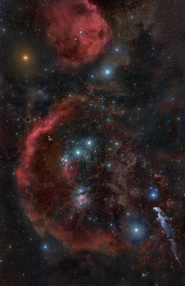 O forte brilho de Betelgeuse no alto, à esquerda
