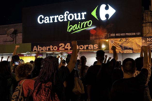 Protestos se espalharam por todo o país, como o da foto, diante de uma loja em Brasília