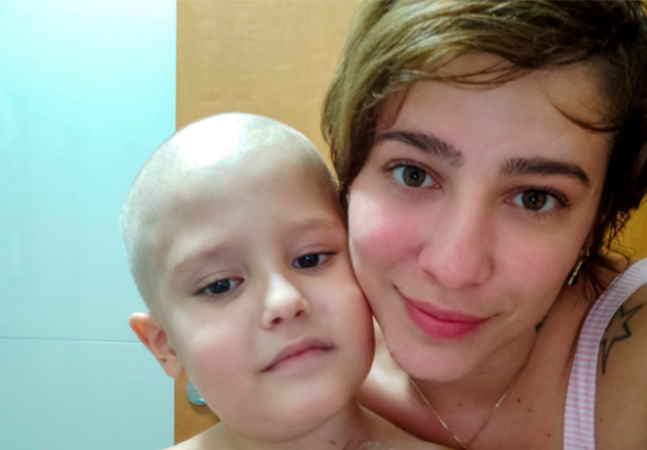 'Força, Chico!' Mãe raspa cabelo de filho com leucemia e provoca enxurrada de solidariedade