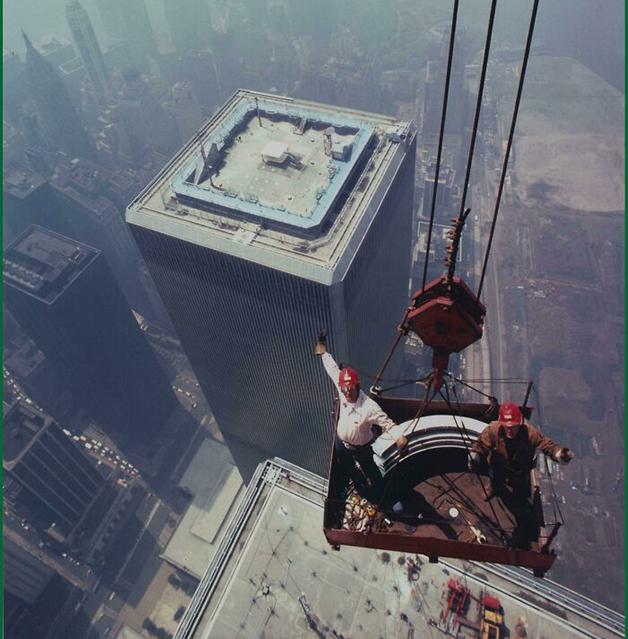 Trabalhadores no alto da Torre Norte do World Trade Center, em Nova York, em 1973