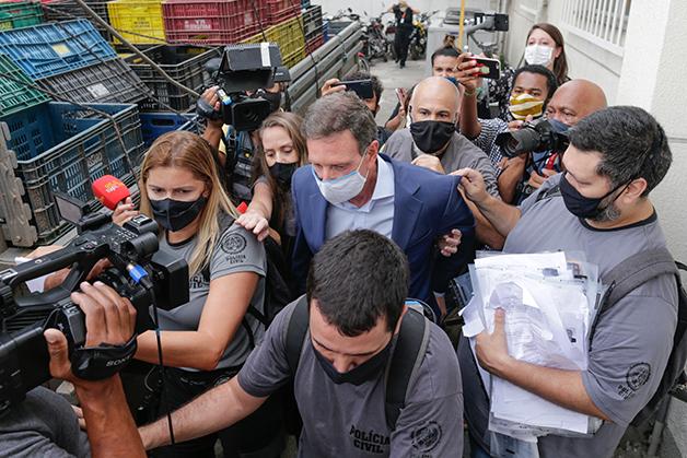 Marcelo Crivella sendo preso