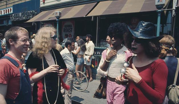 Um grupo marchando na parada de Nova York em 1971