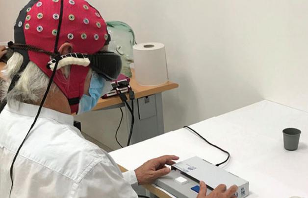 O paciente utilizando o equipamento em teste recente