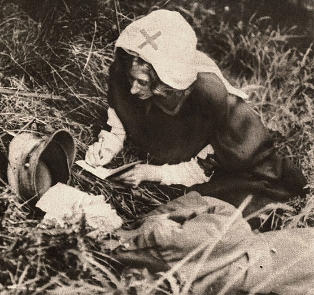 Enfermeira da Cruz Vemelha anotando as últimas palavras de um soldado em seu leito de morte em 1917