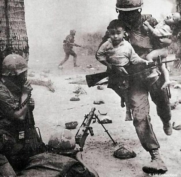 Soldado estadunidense salvando duas crianças vietnamitas durante a Guerra do Vietnã, em 1968