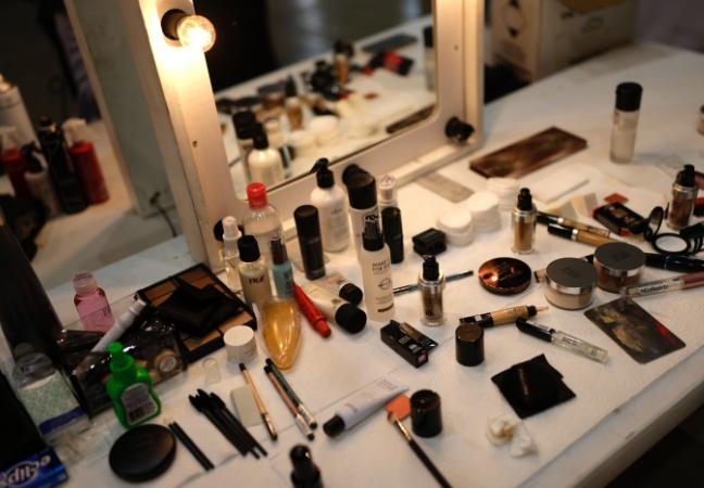 Maquiagem pode ter químicos ligados ao câncer, aponta estudo