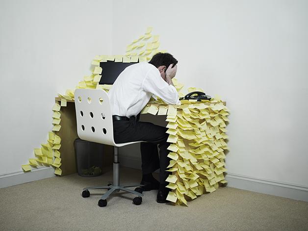 Profissional cansado de tanto trabalhar