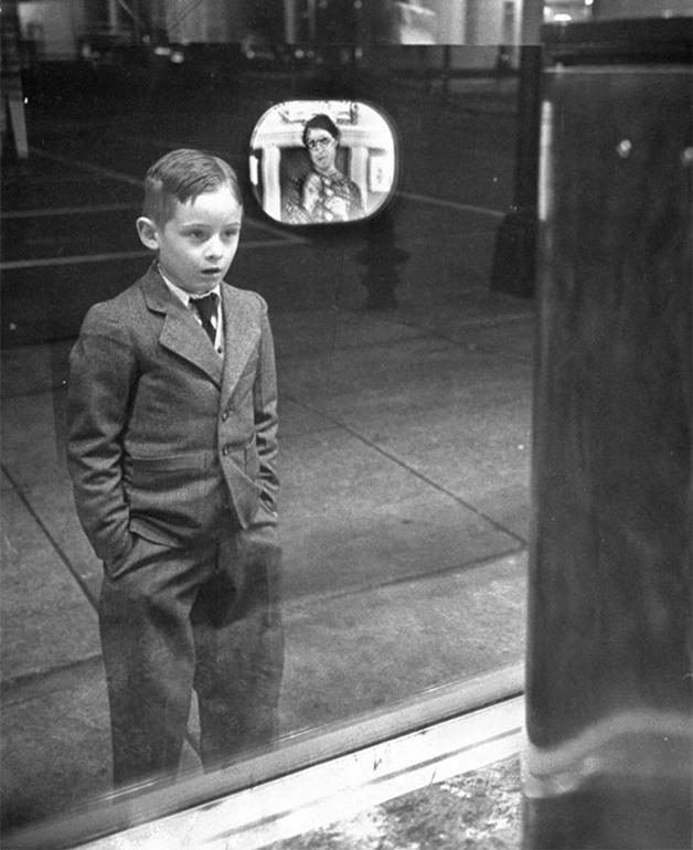 Menino em espanto vendo uma TV pela primeira vez em 1948