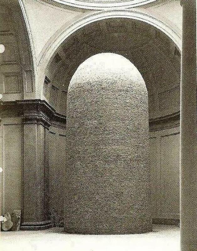 estátua de Davi, de Michelangelo, coberto por uma proteção de tijolos para impedir danos por bombardeios durante a Segunda Guerra Mundial