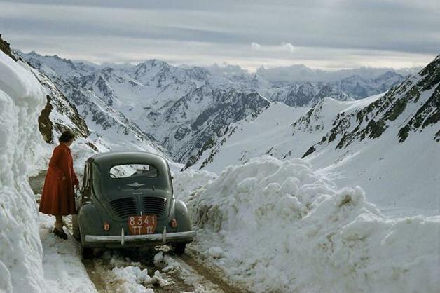 Estrada cruzando a neve dos Montes Pirinéus, na parte francesa, em 1956