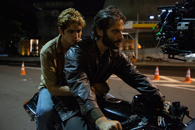 Filho e pai: Gabriel Leone e Flávio Tolezani em cena da série
