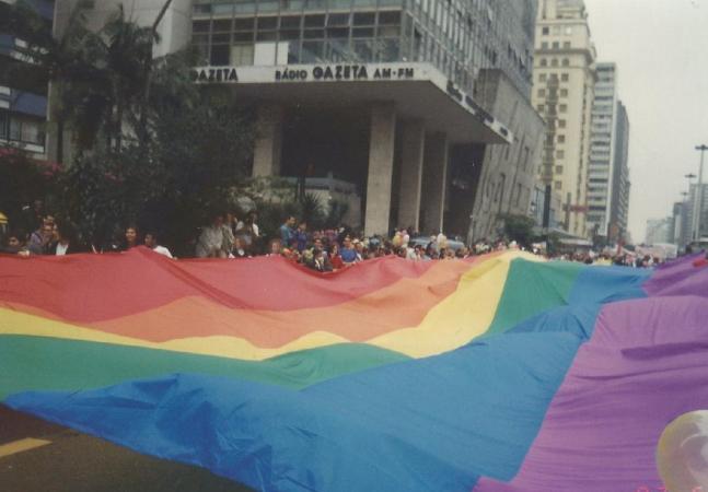Parada LGBT+ por quem a acompanha desde os 11 anos: 'Meu camarote era a banca do meu pai'
