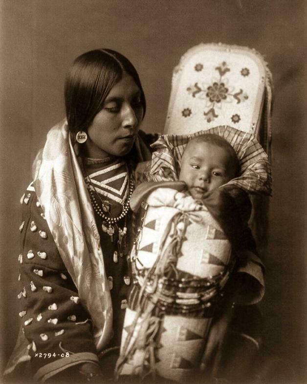 Uma mãe nativa-americana com seu bebê em 1900