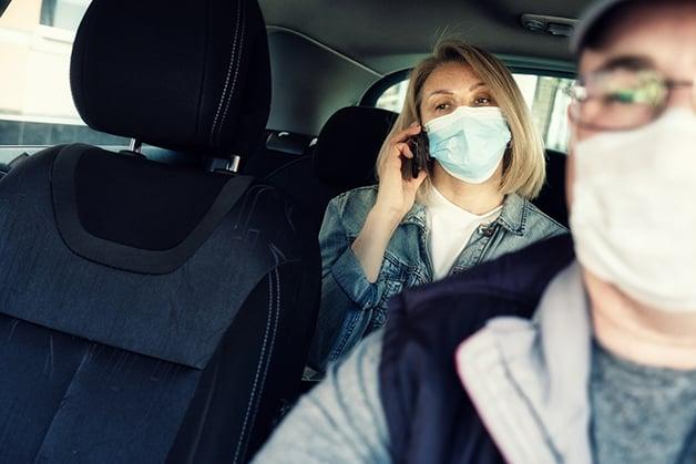 Passageira do Uber de máscara