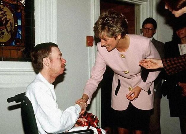 Histórica foto da Princesa Diana apertando a mão de um paciente de Aids sem luvas em 1991, em época que o preconceito e a ignorância ainda pautavam as noções sobre o contágio da doença