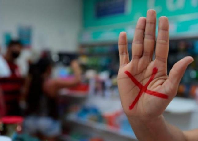 Mulher entra em farmácia com 'X' na mão e consegue denunciar companheiro